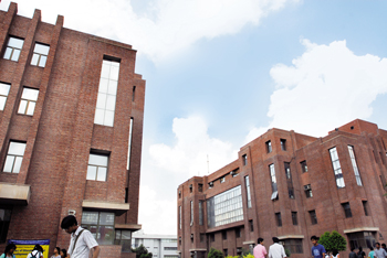 4 Universities offering scholarships to toppers!