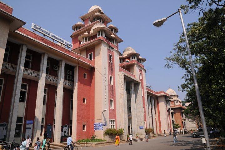 https://static.careers360.mobi/media/colleges/social-media/media-gallery/880/2018/10/28/Main Building of University of Madras Chennai_Campus-View.jpg