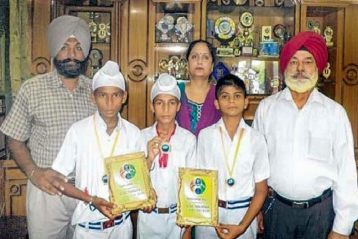 Baba Isher Singh Nanaksar Public School-Children with Momentos