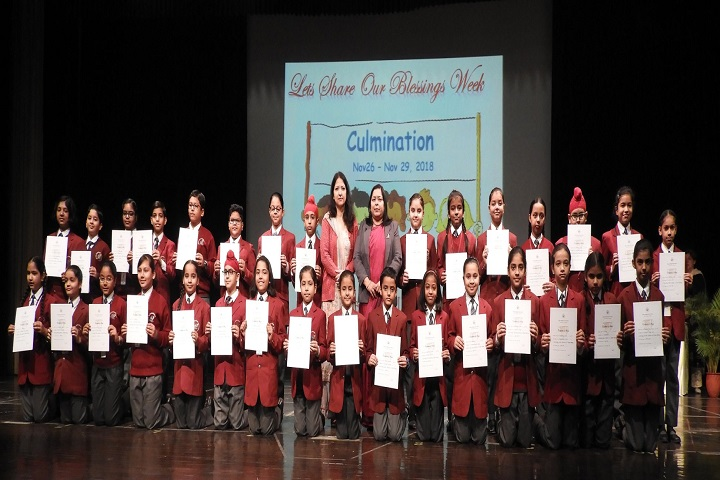 Manav Mangal Smart School-Students with certificates