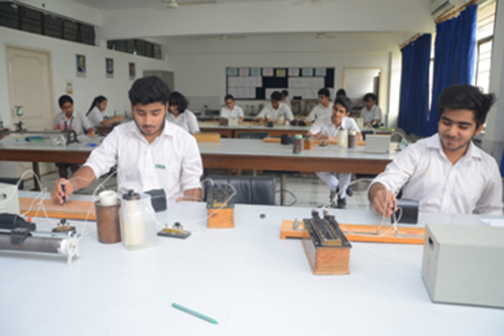 Bhatnagar International School-Physics Lab