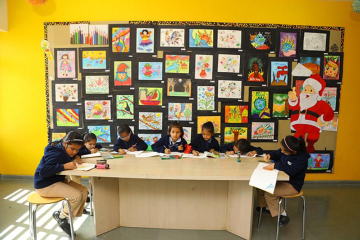 Aavishkar School-Art class