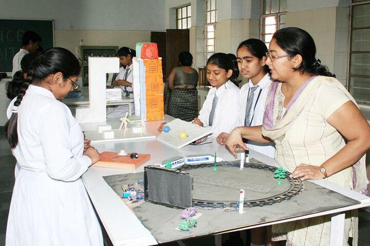Mahadev Desai Public School-Physics Lab
