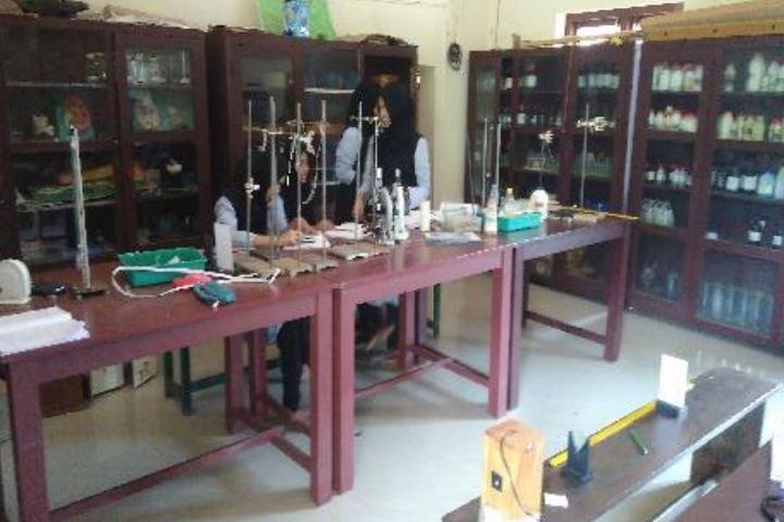 Mujamma English Medium School-Science Lab
