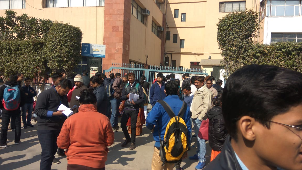 Students%20crowding%20at%20gate
